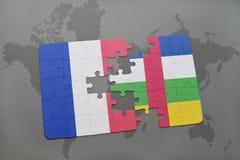 förbrylla med nationsflaggan av Frankrike och Centralafrikanska republiken på en världskartabakgrund Arkivbilder