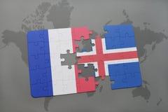 förbrylla med nationsflaggan av Frankrike och Island på en världskartabakgrund Arkivfoto