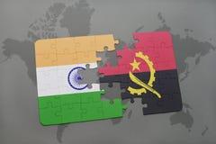 förbrylla med nationsflaggan av Indien och Angola på en världskartabakgrund Arkivbilder