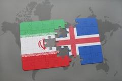 förbrylla med nationsflaggan av Iran och Island på en världskartabakgrund Royaltyfri Foto