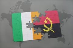 förbrylla med nationsflaggan av Irland och Angola på en världskarta Royaltyfria Bilder