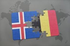 förbrylla med nationsflaggan av Island och Belgien på en världskartabakgrund Royaltyfri Foto