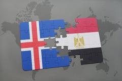 förbrylla med nationsflaggan av Island och Egypten på en världskarta Arkivfoto