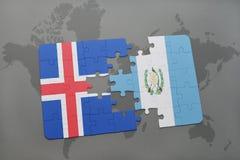 förbrylla med nationsflaggan av Island och Guatemala på en världskarta Royaltyfri Fotografi
