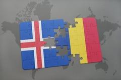 förbrylla med nationsflaggan av Island och Rumänien på en världskartabakgrund Royaltyfri Bild