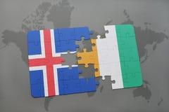 förbrylla med nationsflaggan av Island och skjuldivoire på en världskarta Arkivfoto