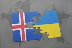 förbrylla med nationsflaggan av Island och Ukraina på en världskartabakgrund Royaltyfria Bilder