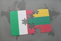 förbrylla med nationsflaggan av Italien och Litauen på en världskartabakgrund Royaltyfria Bilder