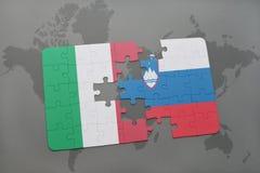 förbrylla med nationsflaggan av Italien och Slovenien på en världskartabakgrund Arkivbild