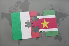 förbrylla med nationsflaggan av Italien och Surinam på en världskartabakgrund Royaltyfri Fotografi