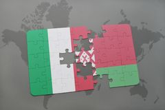 förbrylla med nationsflaggan av Italien och Vitryssland på en världskartabakgrund Arkivbild