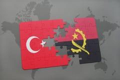 förbrylla med nationsflaggan av kalkon och Angola på en världskarta Royaltyfri Bild