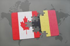 förbrylla med nationsflaggan av Kanada och Belgien på en världskartabakgrund Arkivbilder