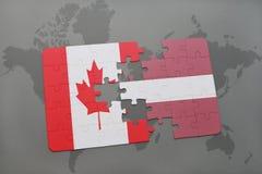 förbrylla med nationsflaggan av Kanada och Lettland på en världskartabakgrund Royaltyfria Bilder