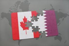 förbrylla med nationsflaggan av Kanada och Qatar på en världskartabakgrund Arkivbilder