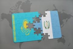 förbrylla med nationsflaggan av kazakhstan och Guatemala på en världskarta Royaltyfri Fotografi
