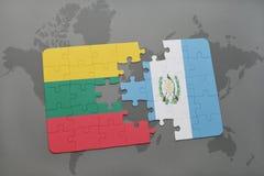 förbrylla med nationsflaggan av Litauen och Guatemala på en världskarta Arkivbild