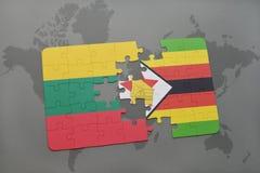 förbrylla med nationsflaggan av Litauen och Zimbabwe på en världskarta Arkivfoto