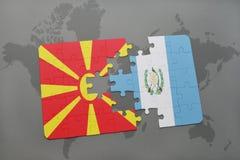 förbrylla med nationsflaggan av macedonia och Guatemala på en världskarta Arkivfoto