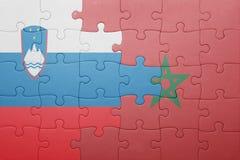 förbrylla med nationsflaggan av Marocko och Slovenien Arkivfoton