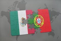 förbrylla med nationsflaggan av Mexiko och Portugal på en världskartabakgrund Arkivfoto