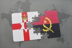 förbrylla med nationsflaggan av nordligt - Irland och Angola på en världskarta Arkivbild