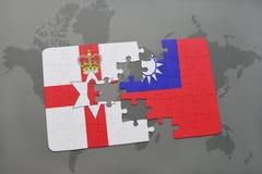 förbrylla med nationsflaggan av nordligt - Irland och taiwan på en världskarta Royaltyfri Fotografi
