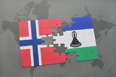 förbrylla med nationsflaggan av Norge och Lesotho på en världskarta Arkivfoto