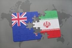 Förbrylla med nationsflaggan av Nya Zeeland och Iran på en världskartabakgrund Royaltyfri Bild