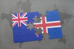 förbrylla med nationsflaggan av Nya Zeeland och Island på en världskartabakgrund Royaltyfri Bild