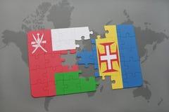 förbrylla med nationsflaggan av Oman och madeira på en världskartabakgrund Fotografering för Bildbyråer