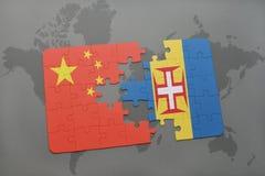 förbrylla med nationsflaggan av porslinet och madeira på en världskartabakgrund Royaltyfri Foto