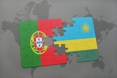 förbrylla med nationsflaggan av Portugal och Rwanda på en världskartabakgrund Royaltyfri Foto