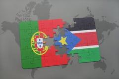 förbrylla med nationsflaggan av Portugal och södra Sudan på en världskartabakgrund Royaltyfria Bilder