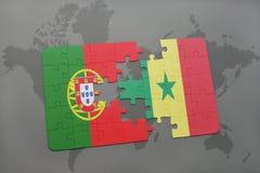 förbrylla med nationsflaggan av Portugal och Senegal på en världskartabakgrund Royaltyfri Foto