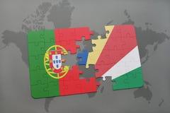 förbrylla med nationsflaggan av Portugal och Seychellerna på en världskartabakgrund Royaltyfri Bild