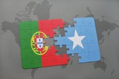 förbrylla med nationsflaggan av Portugal och Somalia på en världskartabakgrund Royaltyfria Bilder