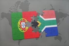förbrylla med nationsflaggan av Portugal och Sydafrika på en världskartabakgrund Royaltyfri Foto