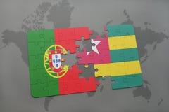 förbrylla med nationsflaggan av Portugal och Togo på en världskartabakgrund Arkivbilder