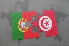 förbrylla med nationsflaggan av Portugal och Tunisien på en världskartabakgrund Arkivfoton