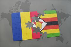 förbrylla med nationsflaggan av Rumänien och Zimbabwe på en världskarta Arkivfoto