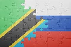 Förbrylla med nationsflaggan av Ryssland och Tanzania Arkivbild