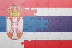 Förbrylla med nationsflaggan av Serbien och Thailand Arkivfoto