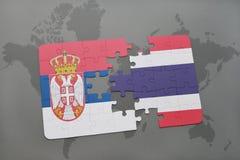 förbrylla med nationsflaggan av Serbien och Thailand på en världskarta Royaltyfria Bilder