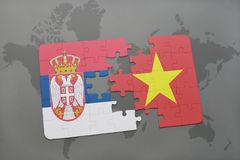 förbrylla med nationsflaggan av Serbien och Vietnam på en världskarta Arkivfoto