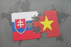 förbrylla med nationsflaggan av Slovakien och Vietnam på en världskarta Royaltyfri Fotografi