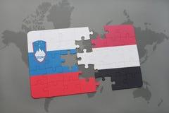 förbrylla med nationsflaggan av Slovenien och Jemen på en världskarta Arkivbild