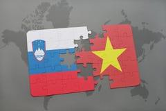 förbrylla med nationsflaggan av Slovenien och Vietnam på en världskarta Royaltyfri Foto