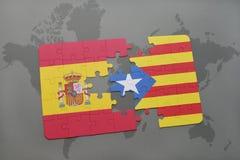 förbrylla med nationsflaggan av Spanien och catalonia på en världskartabakgrund Royaltyfri Fotografi