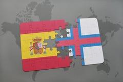förbrylla med nationsflaggan av Spanien och Faroe Island på en världskartabakgrund Royaltyfri Bild
